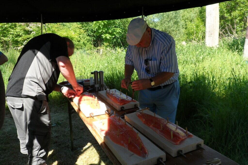 2 Männer bei Vorbereitungen für Feuerlachs