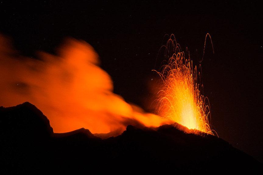 Ausbruch einer Lavafontäne auf dem Stromboli. Foto: kuhnmi lizensiert unter CC BY 2.0