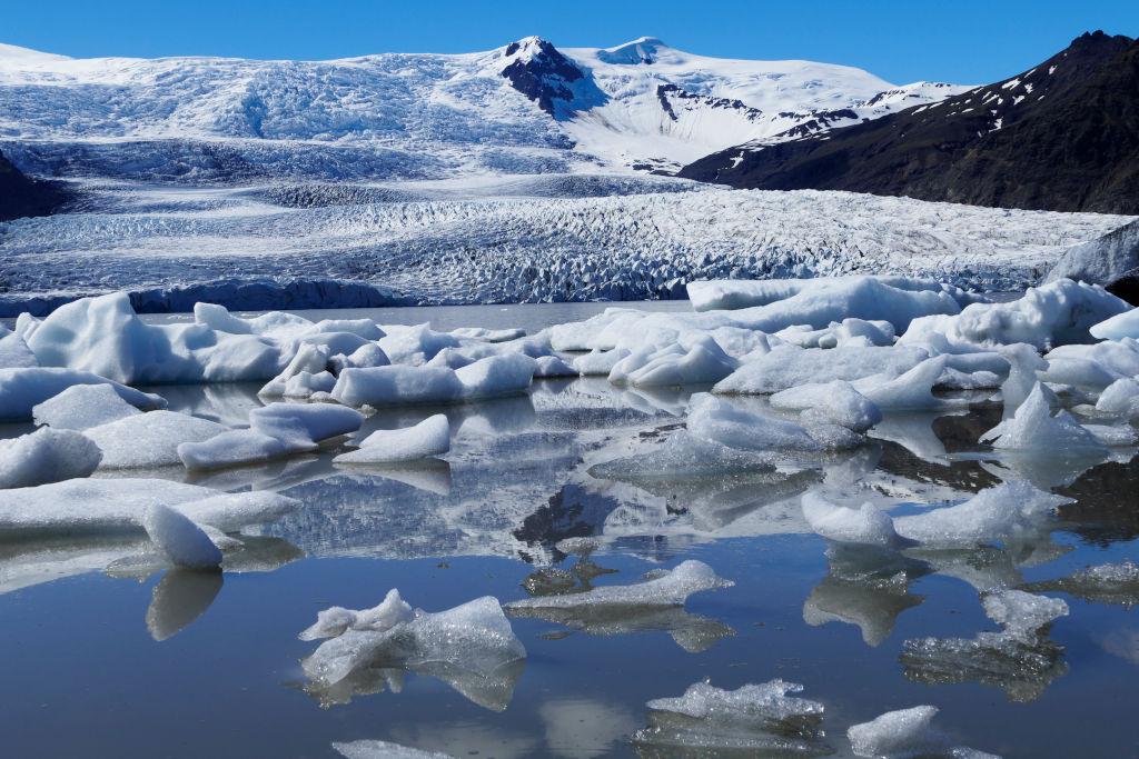 Gletschersee mit Gletscher im Hintergrund